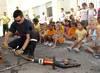 El campamento urbano de Orihuela recibe la visita de los bomberos