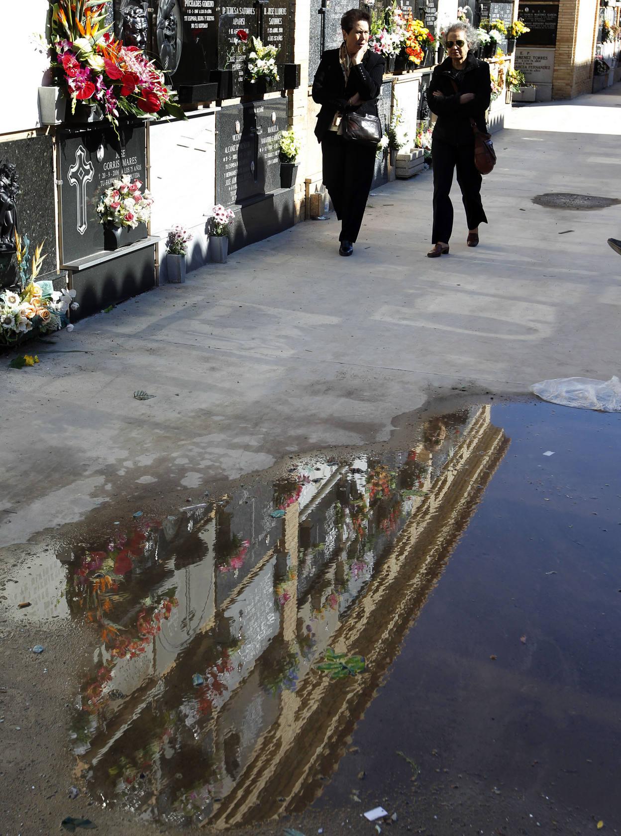 Los valencianos llenan los cementerios