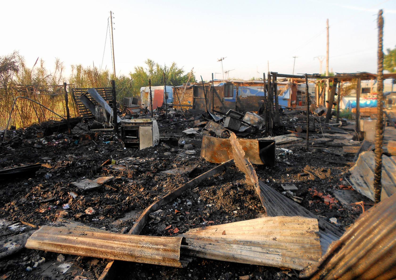 Incendio en las chabolas y caravanas de la Ermita dels Peixets, en La Patacona (Alboraya)