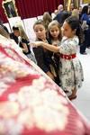 La corte de la fallera mayor infantil presenta las telas de sus trajes de valenciana