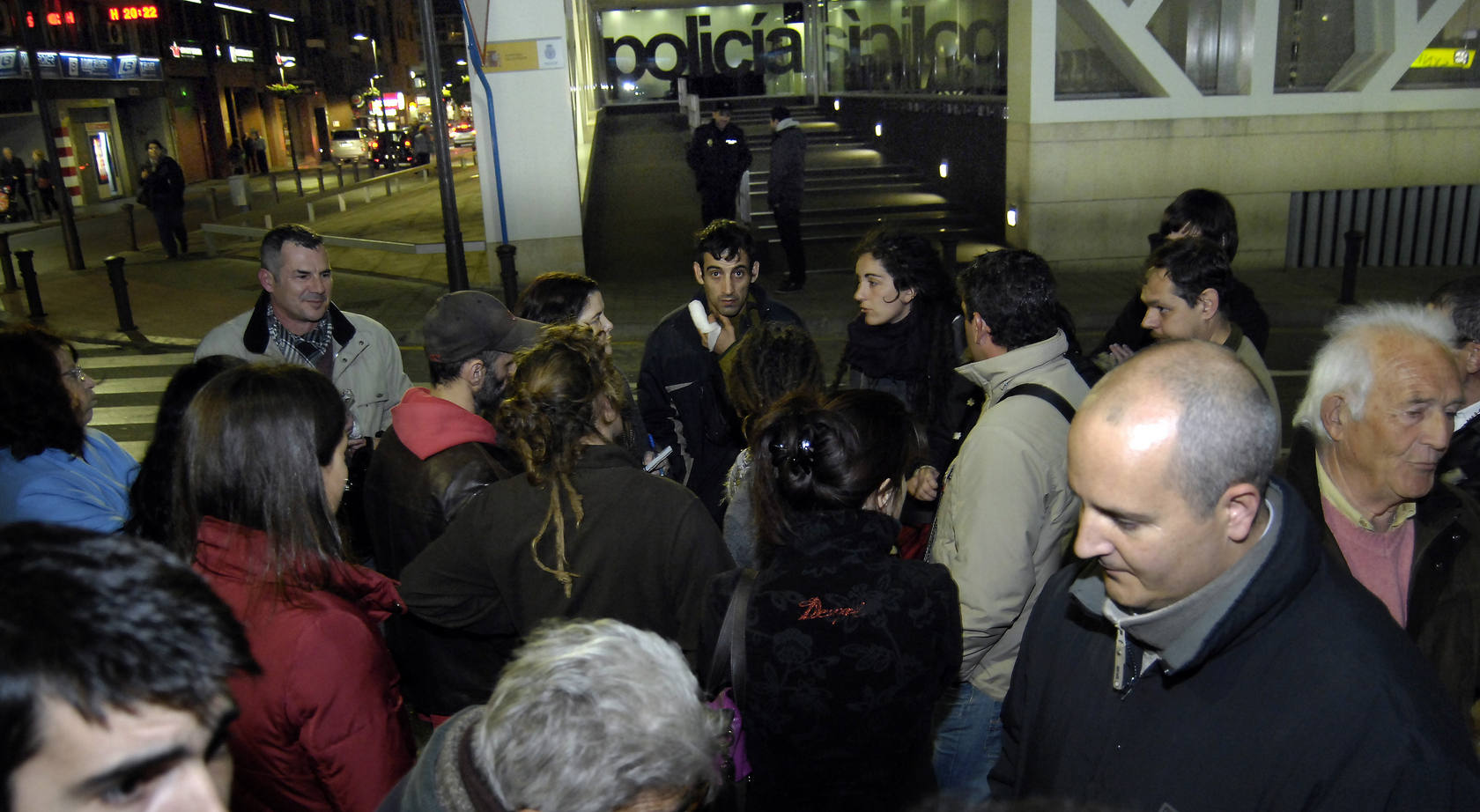 Las plataformas Stop Desahucios y 15-M esperan a cinco okupas detenidos en la Comisaría Provincial