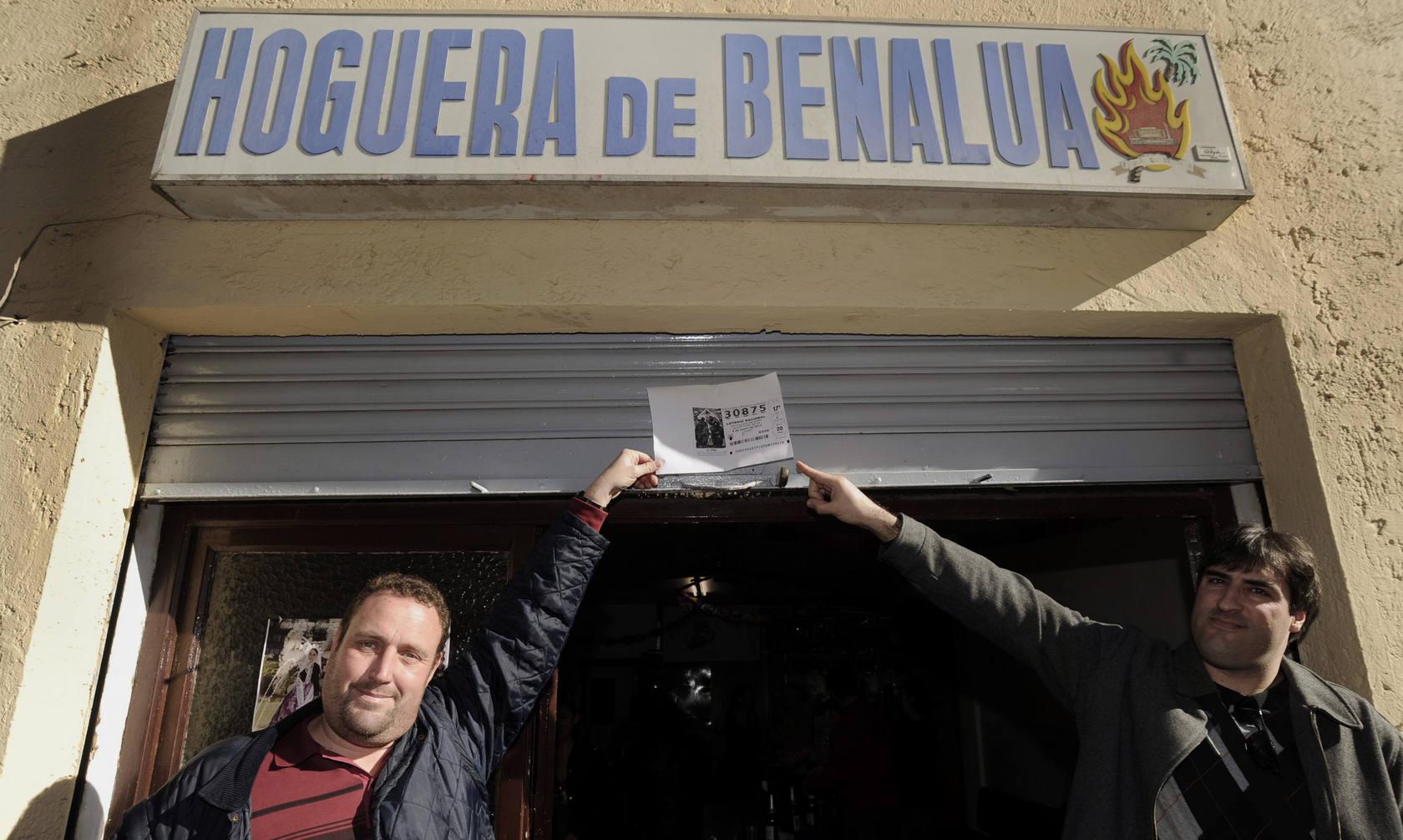 Decenas de agraciados celebran el primer premio de 'El Niño' en el 'racó' de la Hoguera de Benalúa