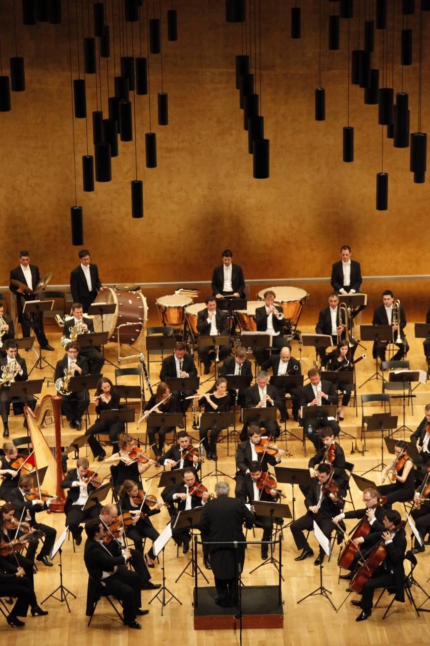 Plácido Domingo, a la batuta de un concierto de la Orquesta de la Comunitat en el ADDA