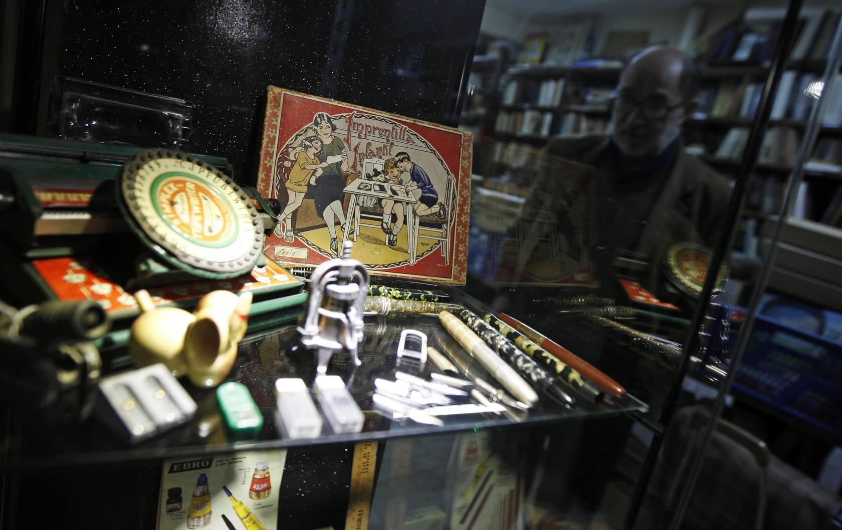 Viaje al pasado en el almacén de la librería Raíces, Alicante