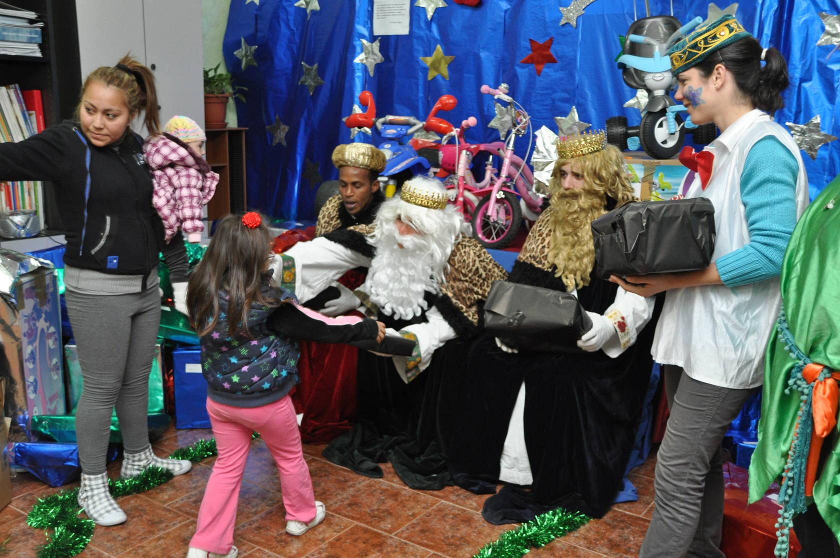 Los Reyes Magos entregan los regalos en Elche Acoge