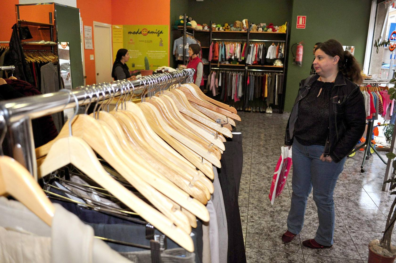 Cáritas y Proyecto Lázaro ofrecen ropa a bajo coste para los más necesitados