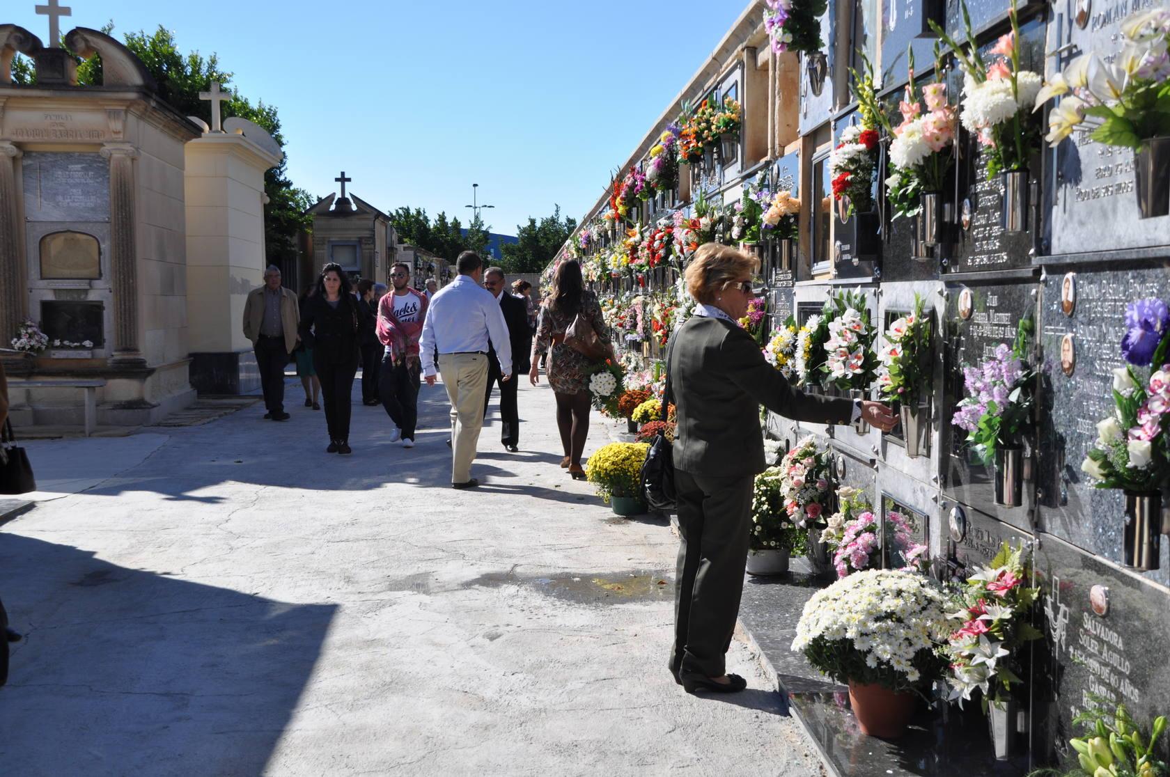 Recuerdo a los difuntos por el 1 de noviembre en el cementerio de Elche