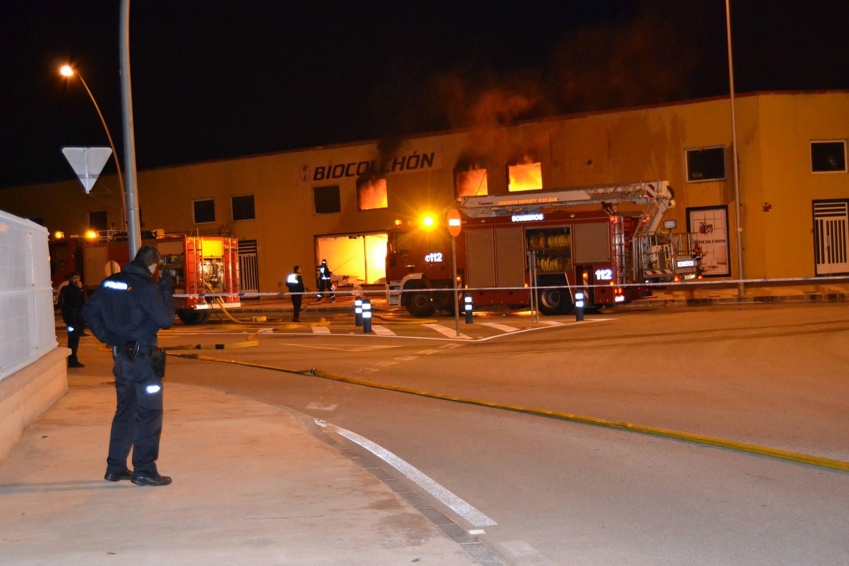 Alarma por un incendio en una fábrica de colchones de Yecla