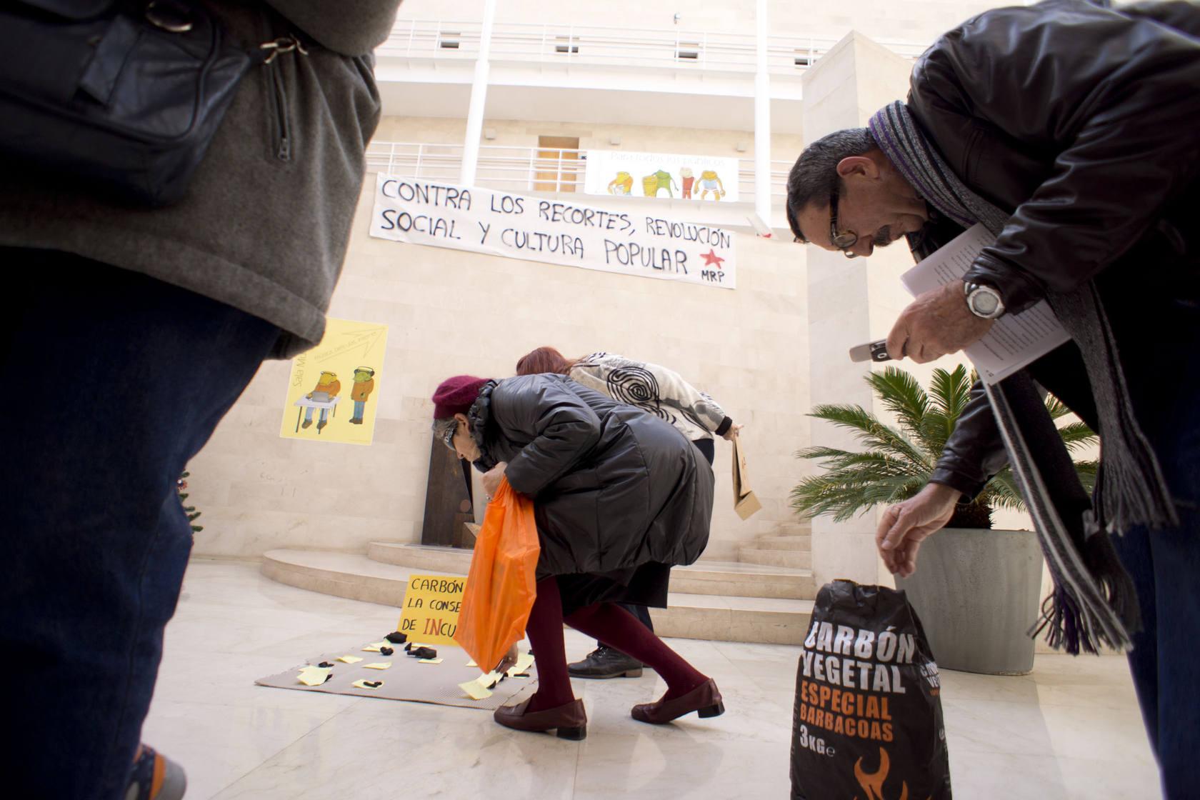 Protesta en la biblioteca Fernando de Loazes de Orihuela