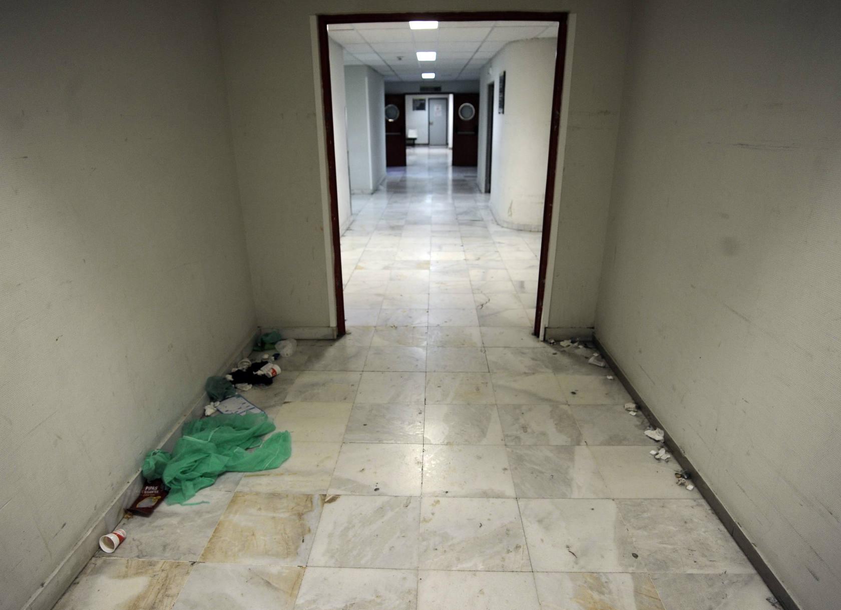 La suciedad se acumula en el Hospital General por la huelga