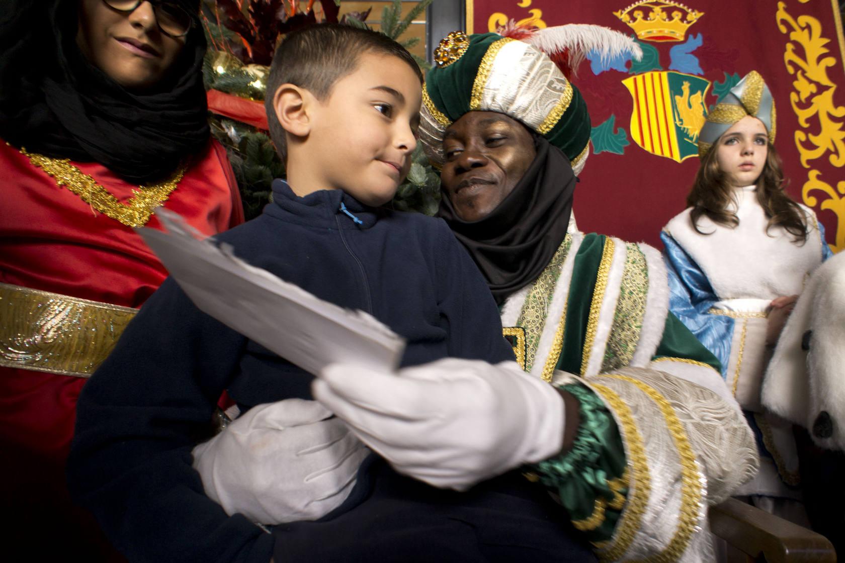 Los Reyes Magos entregan juguetes en Orihuela