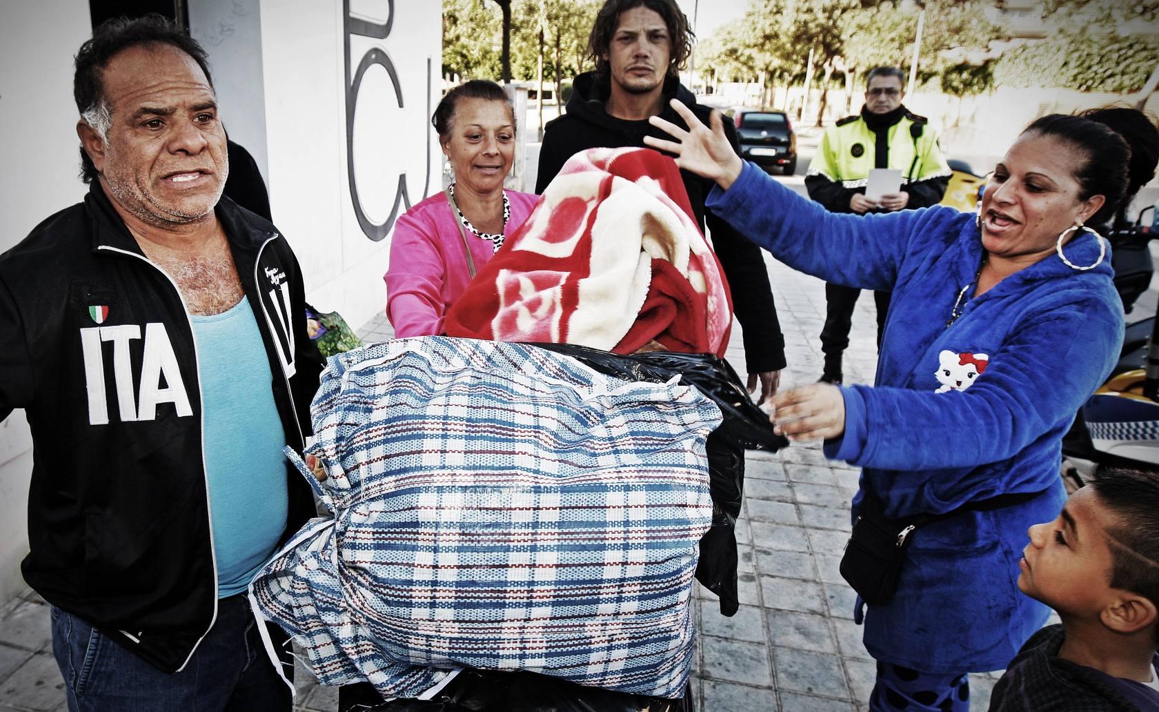 Desalojan a las últimas familias del Polideportivo Ciudad Jardín de Alicante