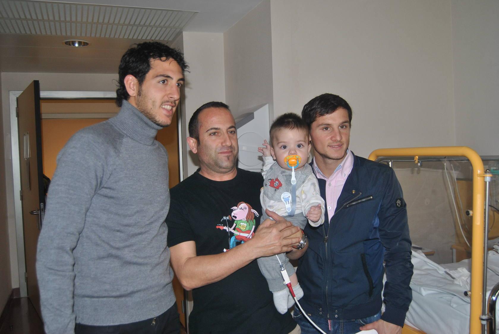 El Valencia CF visita a los niños hospitalizados